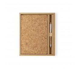Vista cenital del set de libreta y bolígrafo en corcho